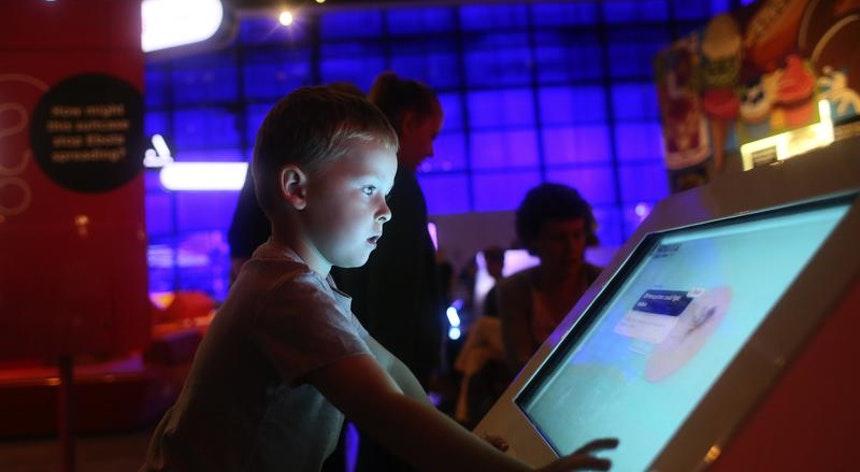 Pouco mais da metade de pais brasileiros conversam com seus filhos sobre cibersegurança
